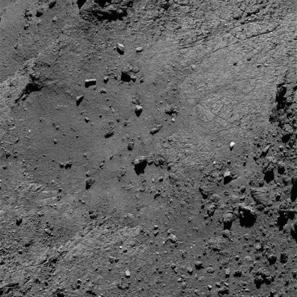 ROSETTA INFO DIRECT : LUNDI 22 AOÛT 2016 : 14h L'IMAGE DU JOUR : Nouvelle image exceptionnelle et très fine en détail, prise par la caméra OSIRIS le 15 Aout 2016. La Sonde ROSETTA se trouvait à 6,7 km du noyau de Comète 67P/Churyumov-Gerasimenko. L'échelle est 0,11 m/pixels et l'image mesure environ 225m de côté !! (Sources ESA-CNES)