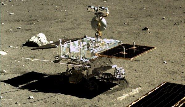 ESPACE INFO : Arrivé sur la Lune fin 2013, le rover lunaire YUTU de 130 kg s'est immobilisé le 25 janvier 2014. La Chine a annoncé qu'il avait définitivement cessé de fonctionner fin juillet 2016. Son atterrisseur Chang'e-3 semble toujours actif. En mandarin, YUTU signifie en effet «lapin de jade», nom donné à ce rover déposé sur notre satellite naturel par la sonde Chang'e-3 le 14 décembre 2013. La Chine signait alors son premier alunissage avec succès pour une mission certes scientifique mais aussi dédiée à tester des solutions technologiques pour de futurs vols chinois. En dépit de son immobilisation, YUTU a tout de même démontré la validité des solutions retenues par les ingénieurs chinois. Solutions qui vont servir pour de futures missions, dont une qui consistera à ramener sur Terre des échantillons prélevés sur notre satellite naturel. (Sources CNSA-CE)