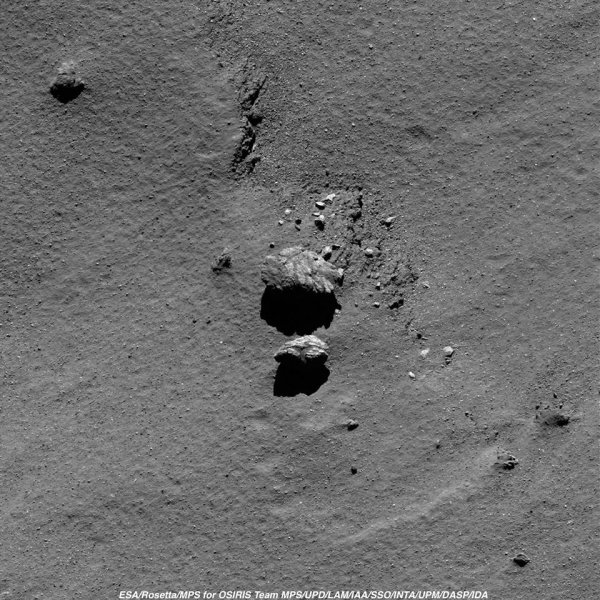 ROSETTA INFO DIRECT : MARDI 23 AOÛT 2016 : 19h L'IMAGE DU JOUR : Nouvelle image exceptionnelle et très fine en détail, prise par la caméra OSIRIS le 18 Aout 2016. La Sonde ROSETTA se trouvait à 6,1 km du noyau de Comète 67P/Churyumov-Gerasimenko. L'échelle est 0,11 m/pixels et l'image mesure environ 225m de côté !! (Sources ESA-CNES)