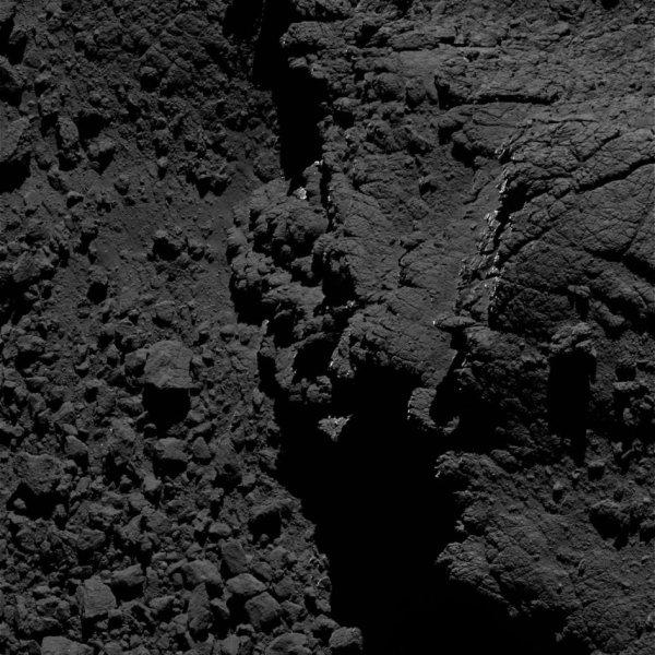 ROSETTA INFO DIRECT : SAMEDI 3 SEPTEMBRE 2016 : 9h L'IMAGE DU JOUR : Nouvelle image exceptionnelle et très fine en détail, prise par la caméra OSIRIS le 28 Aout 2016. La Sonde ROSETTA se trouvait à 4,6 km du noyau de Comète 67P/Churyumov-Gerasimenko. L'échelle est 0,07 m/pixels et l'image mesure environ 143m de côté... JUSTE SUPERBE !! (Sources ESA-CNES)
