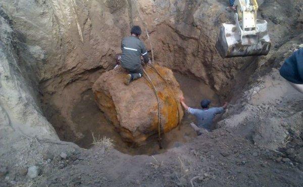 L'IMAGE DU JOUR : ÉNORME MÉTÉORITE MISE AU JOUR EN ARGENTINE ce 10 Septembre 2016 ! À 1350 km au nord-ouest de Buenos Aires, une météorite ferreuse de 30 tonnes a été découverte. Il s'agit d'un fragment supplémentaire à attribuer à la chute céleste de Campo del Cielo, la plus importante connue à ce jour. Pour le moment le plus gros fragment connu de Campo del Cielo pèse 37 tonnes. Celui-ci est donc le second plus important pour cette chute. L'ensemble des fragments inventoriés constitue une masse totale de 130 tonnes. Cette découverte à Campo del Cielo est une surprise car cette chute de météorite, vieille de 4500 ans, est connue depuis 1576. Néanmoins, d'autres fragments enfouis ont été trouvés tardivement: un de 8 tonnes en 2006 et un autre de 15 tonnes en 2015. La difficulté est qu'ils sont parfois enfouis à 5 m de profondeur. La chasse continue donc ! (Sources C&E-Ministerio de Gobierno de Argentina)