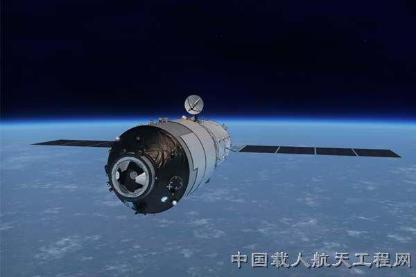 L'IMAGE DU JOUR : LA PREMIÈRE STATION SPATIALE CHINOISE EN PERDITION !! La station spatiale chinoise Tiangong-1, bientôt remplacée par Tiangong-2, tombera sur Terre d'ici la fin 2017. Problème : la Chine ignore où et quand ?! De nombreux satellites retombent sur Terre une fois désactivés. La question est plus problématique lorsqu'elle concerne une station spatiale. Le 14 septembre 2016, la Chine tenait une conférence de presse afin d'annoncer le lancement de sa nouvelle station Tiangong-2. La responsable du département spatial, Wu Ping, en a profité pour confirmer que la première station, Tiangong-1, allait chuter sur terre comme prévu… durant la seconde moitié de 2017. L'absence de précision est de mise dans ses propos : « D'après nos calculs, la majeure partie de la station se désintégrera dans l'atmosphère », assure la responsable. Quant à la partie toujours solide, elle assure que son pays « publiera un communiqué en temps voulu et si nécessaire » afin de prévenir de possibles impacts. Autant de précautions de langage qui montrent qu'un incident technique non communiqué semble empêcher toute descente contrôlée de la station. (Sources C&E-SCTDR)
