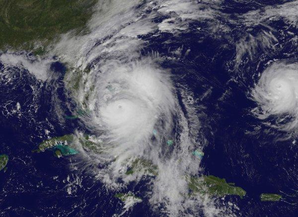 L'IMAGE DU JOUR : L'ouragan Matthew est sur la Floride ! près les ravages et les nombreuses victimes qu'il a causé en Haïti, l'ouragan classé de force 4 aborde les côtes américaines de la Floride, ce vendredi 7 octobre. Les Caraïbes n'avaient pas connu d'ouragan aussi puissant depuis 10 ans. Alors qu'il est passé sur Haïti avec sa plus forte intensité (4 sur une échelle de 5), ses vents à plus de 240 km/h et ses pluies diluviennes ont causé la mort de plus de 300 personnes. Le satellite d'observation de la Terre GEOS-East l'a photographié à 19 h (heure française) le 6 octobre 2016, au nord d'Haïti. L'ouragan Matthew, qui a un peu perdu en puissance, est maintenant sur la Floride où les autorités ont demandé aux populations d'évacuer la côte. Les secours sont en effet désormais impossibles dans cette zone. Le Centre spatial Kennedy, situé sur la trajectoire de l'ouragan, a été mis en sommeil. Seuls 139 employés chargés de veiller sur des systèmes importants de la base sont restés en divers endroits sécurisés. (Sources C&E-GEOS-EAST)