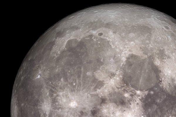 ASTRONOMIE INFO : Un astéroïde de 250 km à l'origine de la mer des Pluies ! Sur la Lune, un nouvel examen des formations géologiques qui entourent la mer des Pluies a permis de déterminer la taille de l'astéroïde qui l'a engendrée. Ce qui n'est pas sans conséquence sur l'histoire du Système solaire... C'est donc une protoplanète, un corps de la moitié de la taille de Vesta, qui percuté la Lune il y a près de 3,9 milliards d'années pour former la mer des Pluies (Mare Imbrium). C'est un gros bolide (250 km de diamètre), rapide mais faiblement oblique (fonçant à plus de 25 km/s et frappant avec un angle de moins de 10°), qui aurait créé la mer des Pluies pendant le bombardement massif tardif qu'a connu le Système solaire à cette époque. Plusieurs fragments pouvant atteindre 5 km auraient ensuite été réinjectés dans le Système solaire. (Sources : Brown University et Sandia National Laboratory - Lunar Reconnaissance Orbiter et C&E)