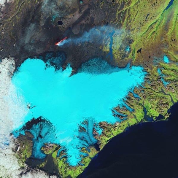 L'IMAGE DU JOUR : Le satellite Landsat-8 nous emmène sur la côte sud-est de l'Islande et le glacier Vatnajökull. Les glaciers couvrent 11% du paysage de l'Islande, le plus important étant le Vatnajökull - connu sous le nom Vatna Glacier en anglais - qui à 8000 kilomètres carrés est également le plus grand en Europe. Un certain nombre de volcans se trouvent sous cette calotte glaciaire, y compris le fameux Grímsvötn, qui a entraîné des perturbations du trafic aérien d'Europe du Nord au cours des dernières années qui ont suivi les éruptions et la propagation des panaches de cendres. Ce volcan est visible comme un arc noir sur le côté central gauche de l'image. Dans la partie supérieure centrale de l'image, dans une zone connue sous le nom du champ de lave Holuhraun, nous pouvons voir une bande de couleur orange vif de lave à travers une fissure dans la surface. Ce type d'éruption allongé est connu comme un évent de fissure et se produit généralement sans aucune activité explosive. (Source ESA-Landsat)
