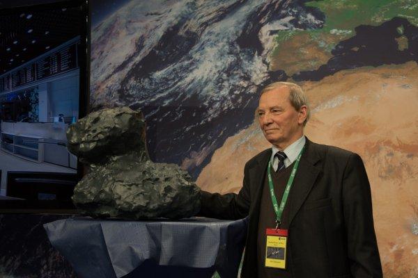 ASTRONOMIE INFO : Klim Churyumov, qui a découvert la comète avec Svetlana Gerasimenko en 1969, et que la sonde ROSETTA a étudié, est décédé. Sur cette photo, Klim Churyumov pose devant un modèle 3D de la comète 67P / Churyumov-Gerasimenko, lors de l'atterrissage de PHILAE sur la comète en Novembre 2014. (Source ESA) Klim Churyumov (1937-2016)