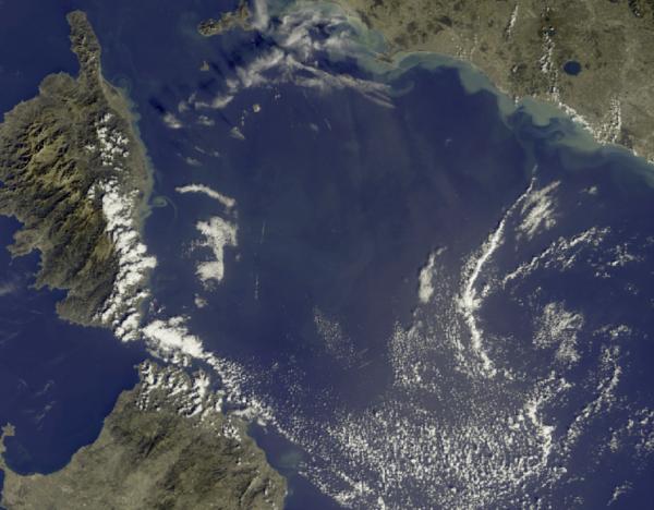 L'IMAGE DU JOUR : Vue méditerranéenne ! Cette image de la Méditerranée occidentale a été prise par le satellite Sentinel-3A le 16 Octobre 2016. Les îles de Corse et la Sardaigne peut être vu à l'ouest avec la côte de la Toscane et l'île d'Elbe au nord-est. Les eaux le long de la côte est de la Corse et le long de la côte italienne sont colorés par une décharge de la terre après les récentes fortes précipitations. (Source ESA)