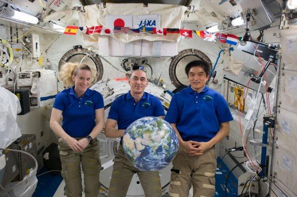 L'IMAGE DU JOUR : RETOUR SUR TERRE DES 3 MEMBRES DE L'ÉQUIPAGE DE L'EXPÉDITION 49. Kate Rubins de la NASA, Anatoly Ivanishin de l'agence spatiale russe Roscosmos et Takuya Onishi de l'Agence d'exploration aérospatiale du Japon ont concluent une mission de 115 jours à bord de l'ISS, la Station Spatiale Internationale. C'est la mission de Thomas Pesquet qui les remplacera ! (Source NASA)