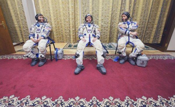 L'IMAGE DU JOUR : La date du décollage est reportée de 48 heures. Ce sera donc de Baïkonour le vendredi 18 novembre à… 2h20 du matin, c'est-à-dire le jeudi 17 novembre à 21h20 heure française. L'amarrage à la Station Spatiale est prévu pour le samedi 19, le vol devant durer deux jours. L'attente, ça fait partie du charme du métier d'astronaute ! Vêtus de leurs costumes Sokol, l'astronaute de la NASA Peggy Whitson, le commandant Russe Oleg Novitsky et l'astronaute de l'ESA Thomas Pesquet sont prêts pour l'examen final sur le vaisseau spatial Soyouz qui les mènera à la Station spatiale internationale le mois prochain. (Source ESA)