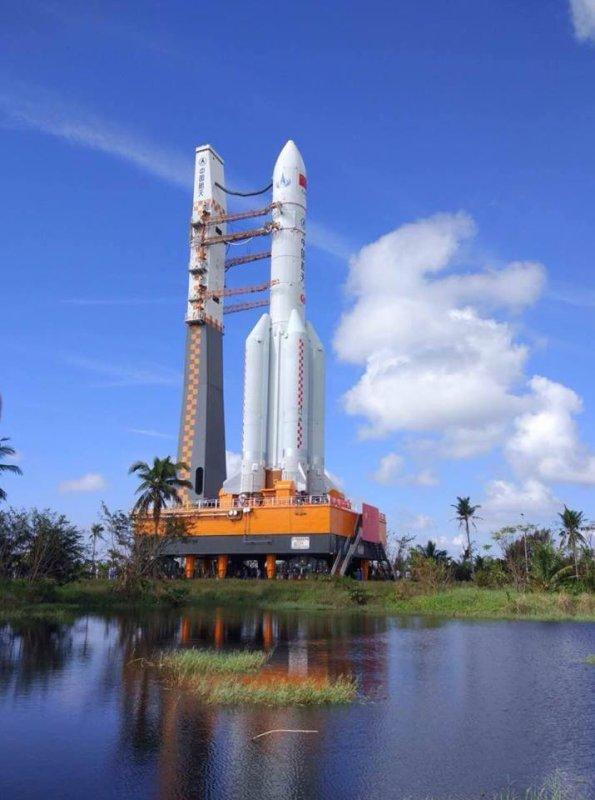 L'IMAGE DU JOUR : CHINE : UN GROS LANCEUR SUR LE PAS DE TIR !! La Chine s'apprête à tester un nouveau lanceur, en l'occurrence le Long March 5. Il s'agit là du plus gros dans la famille des lanceurs chinois. Sa taille est comparable à l'Ariane 5 européenne et pourra transporter 25 tonnes en orbite basse et 14 tonnes en orbite géostationnaire. Le roll-out du lanceur s'est déroulé le 28 octobre dernier et le décollage est annoncé pour le 3 novembre prochain. Une nouvelle étape dans le programme spatial chinois !!