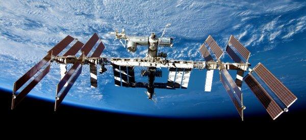 L'IMAGE DU JOUR : LA STATION SPATIALE INTERNATIONALE L'astronaute français de l'ESA Thomas PESQUET séjournera pendant 6 mois à bord de l'ISS, un vaisseau spatial grand comme un terrain de football ! La Station spatiale internationale est un formidable exemple de coopération, qui réunit depuis 1998, l'Europe, les États-Unis, le Japon et le Canada au sein de l'un des plus grands partenariats de l'histoire de la science. Le complexe orbital offre suffisamment de place pour héberger l'équipage et un nombre considérable d'installations de recherche. Ce laboratoire en apesanteur permet d'effectuer certaines expériences plus efficacement que n'importe quelle autre plateforme de microgravité sur Terre. L'utilisation efficace et intensive de ces équipements de recherche permet de développer de nouvelles applications pratiques, et de mettre ainsi l'espace au service de tous les habitants de notre planète.Cet avant-poste humain en orbite autour de la Terre est un tremplin pour les futures missions d'exploration spatiale... (Sources ESA-CNES)