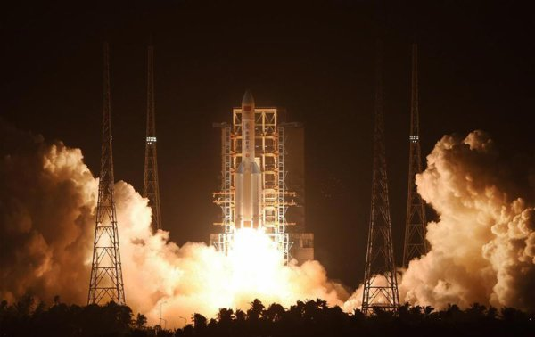 ESPACE INFO CHINE : La Chine vient de réussir le lancement de sa Longue Marche 5. La nouvelle fusée a décollé depuis le centre spatial de Wenchang, sur l'île Hainan (côte sud chinoise), ce 3 novembre 2016, à 13h43 heure française. Attendue depuis 2014, cette fusée de 57 mètres de haut aura un rôle central dans la construction de la base spatiale Tiangong-2. Sa capacité d'emport — près de 25 tonnes sur orbite basse — la place au niveau de l'Ariane 5 européenne. (Sources CCTV News-C&E)