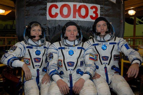 REPETITION GÉNÉRALE : Dans l'installation d'intégration au cosmodrome de Baïkonour au Kazakhstan, l'astronaute de l'ESA Thomas Pesquet (à droite) et ses équipiers d'expédition 50-51 L'astronaute de la NASA Peggy Whitson (à gauche) et le cosmonaute de Roscosmos Oleg Novitskiy (au centre) posent pour des photos avec leur Soyouz MS-03 le 2 novembre 2016. Lancement prévus pour le 17 novembre 2016, pour une mission de six mois dans la Station Spatiale Internationale. (Sources ESA-Roscosmos)