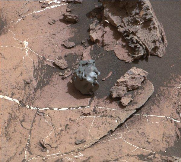LE ROBOT CURIOSITY DÉCOUVRE UNE MÉTÉORITE SUR MARS !! Le rover de la Nasa s'est arrêté quelques instants afin d'étudier une étrange roche sombre. Il s'agit d'une météorite fer-nickel de la taille d'une balle de golf. (Sources NASA-C&E)