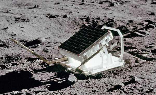 EXPÉRIENCE LUNAIRE, LES TIRS DE LASER : L'une des expériences les plus intéressantes avec la lune est le laser lunaire. Aussi appelé LR-3, grâce aux trois missions Apollo 11, 14 et 15 qui ont déposé sur la Lune des réflecteurs destiné à réfléchir un faisceau laser tiré de notre planète, afin de mesurer avec une grande précision la distance à un instant donné de la Lune. Cette expérience a été utilisée pendant plus de 37 ans, et est toujours active. Le réflecteur d'Apollo 15 est trois fois plus grand que les deux autres réflecteurs, de sorte que ce réflecteur a été la cible de 75% des mesures effectuées au cours des 25 premières années de l'expérience. L'amélioration de la technologie depuis lors, a entraîné une utilisation accrue des deux premiers réflecteurs, à partir de différents observatoires dans le monde, tels que l'Observatoire McDonald (États-Unis) et l'observatoire de la Côte d'Azur (France). De plus, deux miroirs d'autres sondes portées par le Lunokhod soviétique 1 et 2 complètent le dispositif. Un minimum de trois réflecteurs sont nécessaires pour déterminer la position dans l'espace de la Lune, quatre pour calculer la distorsion des forces de marée cinq pour augmenter la précision des mesures. Dans un premier temps, des expériences avec des réflecteurs lasers peuvent mesurer la distance à la lune avec une précision de l'ordre du millimètre, ils ont montré que la lune se déplace de la Terre de 38 mm par an.