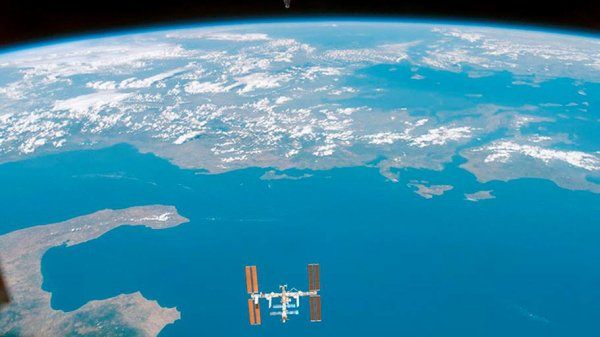 La Station Spatiale Internationale orbitant autour de la terre vue par la navette spatiale Endeavour. (Image NASA 1996)