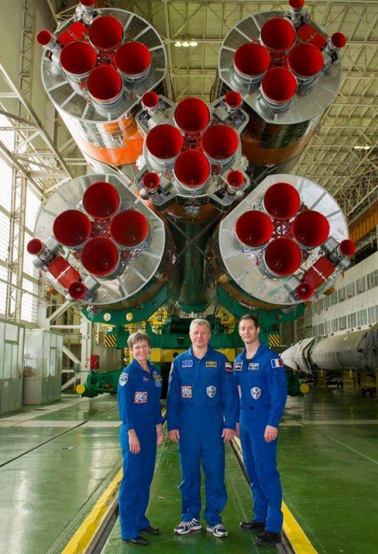MISSION PROXIMA avec Thomas PESQUET : 13 Novembre 2016 Nouvelle photo très impressionnante de se retrouver ici à coté de la fusée Soyouz qui va amener, grâce à sa puissance de 20 millions de chevaux, l'équipage de la Mission Proxima vers la Station Spatiale Internationale ! Au décollage, ils seront assis confortablement à l'autre bout de cette machine !! (Sources ESA-TP)