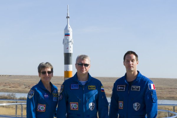 MISSION PROXIMA avec Thomas PESQUET : 15 Novembre 2016 J-2 : L'astronaute de la NASA Peggy Whitson, le commandant de Roscosmos Oleg Novitsky et l'astronaute de l'ESA Thomas Pesquet à Baïkonour devant le lanceur SOYOUZ sur son pas de tir ! (Sources ESA-TP)