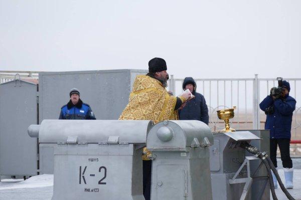 MISSION PROXIMA avec Thomas PESQUET : 16 Novembre 2016 J-1 :  A quelques heures du décollage, il est une tradition qui ne saurait être annulée : celle de la bénédiction du Soyouz, des responsables du lanceur et...de la presse qui est là pour informer le reste du monde du bon départ des cosmonautes/astronautes.  Ainsi, vers midi heure kazakh, le Père Serguiy, prêtre orthodoxe, est venu bénir le lanceur par un froid polaire (-15° de ressenti) et sous des chutes de neige. Puis, les officiels et responsables du programme ont été à leur tour béni par le père. Celui-ci s'est enfin dirigé vers les représentants de la presse mondiale, les remerciant d'avance de transmettre les bonnes informations concernant le départ de nos voyageurs de l'espace. Et c'est d'une main généreuse qu'il a aspergés d'eau bénite les journalistes, qui en tombant sur leurs vêtements, lunettes et autres appareils, a instantanément gelée. Ce qui donne un aperçu de la température...