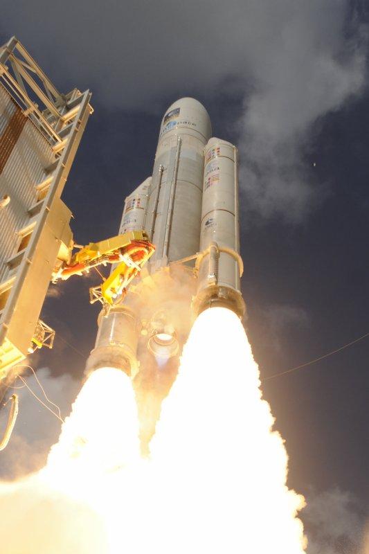 ESPACE INFO : DEUX SUPERBES NOUVELLES PHOTOS du décollage d'ARIANE V qui a placé en orbite quatre nouveaux satellites Galileo, ce jeudi 17 novembre depuis le port spatial de l'Europe à Kourou (Guyane française). (Sources ESA-CNES)
