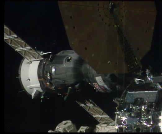 MISSION PROXIMA avec Thomas PESQUET : 19 Novembre 2016 DIRECT CONTACT: SOYOUZ MS-03 est amarré à la Station spatiale internationale. Stationnement à 21h58 GMT (22h58) - quatre minutes plus tôt que prévu. Les crochets sont maintenant fermés sur le Soyouz pour le maintenir solidement attaché à la Station.