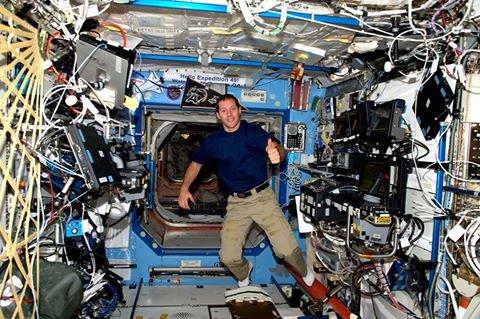 """MISSION PROXIMA avec Thomas PESQUET : 22 Novembre 2016 A BORD DE L'ISS Thomas PESQUET en pleine adaptation à la vie en impesanteur : """"je gère mes décollages, mais pas encore mes atterrissages… ni les virages serrés !"""" (Source ESA-TP)."""