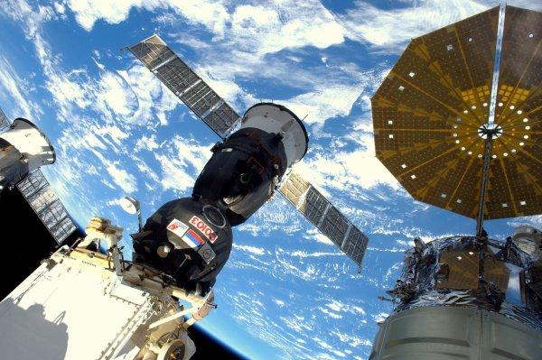 MISSION PROXIMA avec Thomas PESQUET : 24 Novembre 2016 A BORD DE L'ISS et avec le Soyouz, qui leur a permis après ces deux jours de voyage d'atteindre l'ISS. Photo prise depuis la Coupole de la Station. (Source ESA-TP).