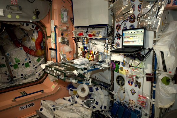 """MISSION PROXIMA avec Thomas PESQUET : 25 Novembre 2016 A BORD DE L'ISS : La cuisine de la Station Spatiale !!! Le commentaire de Thomas PESQUET : """"Très spacieuse, avec toute la place qu'on a pour flotter au-dessus! À part la couleur au mur, je ne pourrais pas rêver mieux"""" (Sources ESA-TP)"""