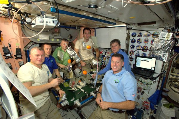 MISSION PROXIMA avec Thomas PESQUET : 26 Novembre 2016 A BORD DE L'ISS : Le dîner de Thanksgiving depuis l'ISS. L'équipage au complet de la station spatiale s'est rassemblé autour de la table à manger dans le module Zvezda pour un dîner de Thanksgiving. L'astronaute de l'ESA Thomas Pesquet (troisième à partir de la droite, a posté cette nouvelle image ! (Sources ESA-TP)