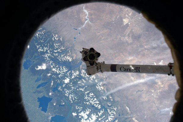 MISSION PROXIMA avec Thomas PESQUET : 27 Novembre 2016 LA TERRE VUE DU HUBLOT DE L'ISS à 400km d'altitude ! Devant, le bras robotique canadien servant à la manipulation d'objet à l'extérieur de la station. (Sources ESA-TP)