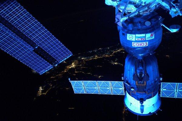 MISSION PROXIMA avec Thomas PESQUET : 29 Novembre 2016 LA TERRE VUE DE L'ISS à 400km d'altitude et et 28000km/h ! Le Moyen-Orient vu de nuit avec en premier plan le Soyouz ! (Sources ESA-TP)