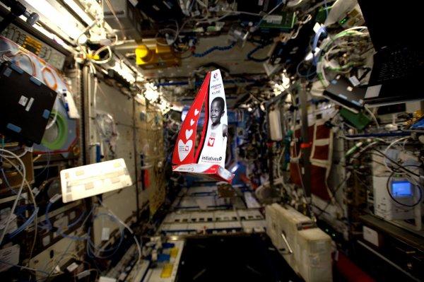 """MISSION PROXIMA avec Thomas PESQUET : 29 Novembre 2016 MESSAGE DE THOMAS PESQUET à Tanguy Lamotte : """"Bravo Tanguy de Lamotte d'avoir réussi à rentrer à bon port malgré les avaries pendant ton Vendée Globe ; je t'ai suivi depuis l'ISS et tu as fait tout ce qui était humainement possible ! Et puis, regarde : ton bateau a résisté à un décollage de fusée, et il en a déjà fait pas mal depuis, des tours du monde ! À bientôt pour tes nouvelles aventures !"""" (Sources ESA-TP)"""