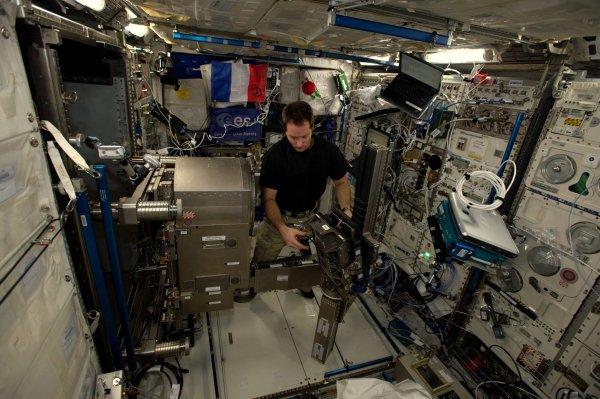 MISSION PROXIMA avec Thomas PESQUET : 30 Novembre 2016 A BORD DE L'ISS : Installation de MARES, une machine pour la science mais plutôt massive. Déployée à bord de la Station spatiale internationale, MARES (Muscle Atrophy Research and Exercise System) est une machine destinée à la recherche physiologique et qui permet de surveiller l'activité musculaire des astronautes pendant qu'ils font de l'exercice. Un séjour dans l'espace s'accompagne d'une diminution de la force musculaire. Dans l'objectif de missions de longue durée et d'un tourisme spatial sans risque, les scientifiques cherchent à comprendre ce phénomène. MARES est un appareil de physiologie qui donnent des informations détaillées sur le comportement des muscles pendant un vol spatial. (Sources ESA-TP)