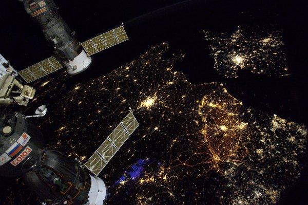 MISSION PROXIMA avec Thomas PESQUET : 30 Novembre 2016 LA TERRE VUE DE L'ISS à 400km d'altitude et à 28000km/h ! Sous l'ISS, la France et Paris ! (Sources ESA-TP)