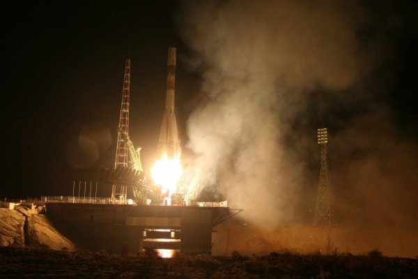 """MISSION PROXIMA avec Thomas PESQUET : 2 Décembre 2016 Le vaisseau chargé de ravitailler l'ISS """"s'est consumé dans l'atmosphère"""". L'agence spatiale russe a perdu contact avec un vaisseau-cargo censé ravitailler la Station spatiale internationale. """"Le contact a été perdu 383 secondes après le décollage du lanceur Soyouz avec le vaisseau-cargo Progress MS-04, en raison d'une situation anormale, le vaisseau-cargo a été perdu à quelque 190 km au-dessus de la région isolée et montagneuse de Tuva, et la plupart des fragments ont brûlé dans les couches denses de l'atmosphère"""". Thomas PESQUET ajoute que """"dans la Station, on a de quoi tenir plusieurs mois sans ravitaillement entre nos réserves et ce que nous recyclons. La coopération internationale est très importante dans notre métier et il faut s'attendre à des contretemps"""". (Sources ESA-TP-Roskosmos)"""