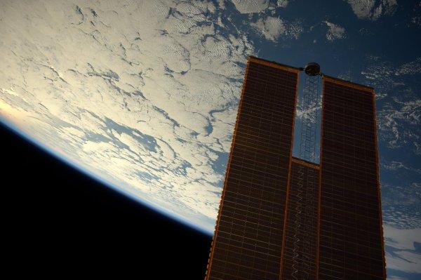 MISSION PROXIMA avec Thomas PESQUET : 3 Décembre 2016. LA TERRE VUE DE L'ISS : Toute l'électricité (84 à 120 kilowatts) est produite par des panneaux solaires situés sur la Station spatiale internationale. De quoi fournir de l'énergie à plus de 40 foyers ! Et à 400 km d'altitude, la Terre est bien ronde !! (Sources ESA-TP)