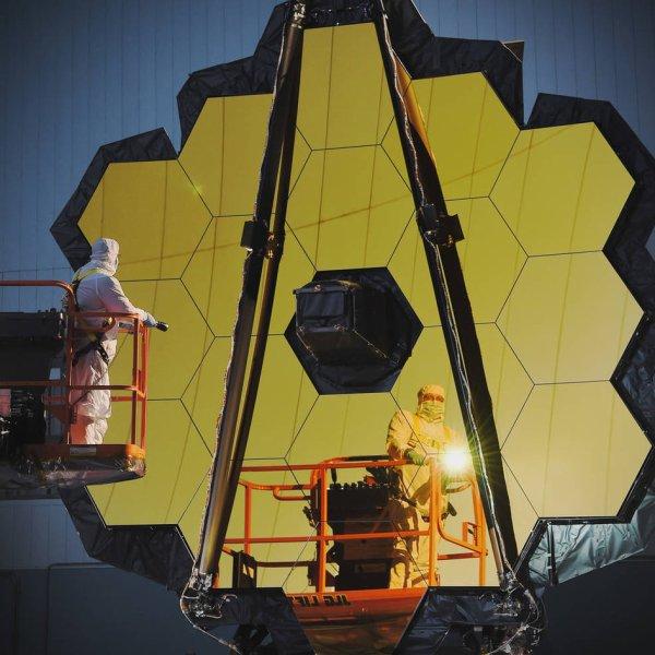 L'IMAGE DU JOUR : Inspection du miroir primaire de JWST Avant qu'un engin spatial entre dans l'espace, il doit subir des tests rigoureux pour confirmer qu'il peut résister aux violentes vibrations et les sons pendant le lancement. Pour le télescope spatial James Webb, ou JWST, de 6,5 m de diamètre, faire les mêmes mesures avant et après un lancement simulé est un élément essentiel pour confirmer son optique. Lors d'un essai récent, les ingénieurs ont effectué des mesures très précises de la forme du miroir principal. Ils ont fait des mesures détaillées de la forme des segments de miroir et la position en regardant comment la lumière est réfléchie par eux. Ensuite, ils comparent avec une référence qui représente ce que les miroirs devraient idéalement être. La technique permet de déterminer avec précision toutes les différences et de s'assurer que les miroirs sont parfaitement alignés. Après que le télescope a connu les conditions de lancement simulées, le test sera répété pour confirmer que l'optique survive aux rigueurs du lancement. JWST est un projet conjoint de la NASA, de l'ESA et de l'Agence spatiale canadienne. Il devrait être lancé en octobre 2018 sur une fusée Ariane 5 depuis Kourou, pour remplacer l'actuel HUBBLE ! (Sources ESA-NASA-HUBBLE)
