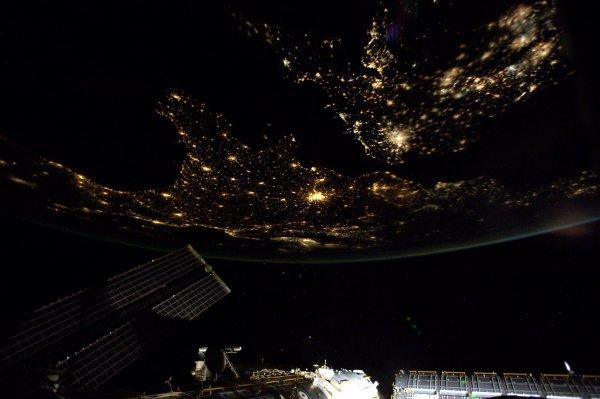 MISSION PROXIMA avec Thomas PESQUET : 4 Décembre 2016. LA TERRE VUE DE L'ISS : Du bleu des océans et le blanc des nuages, au passage de nuit au-dessus de l'Europe, depuis le hublot de la Station ! (Sources ESA-TP)