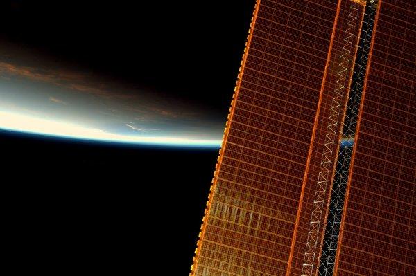 MISSION PROXIMA avec Thomas PESQUET : 6 Décembre 2016. LA TERRE VUE DE L'ISS : Des images de levers de soleil depuis la Station spatiale. Sur 24 heures, on peut en voir 16 ! À 28 800 km/h, il faut seulement 90 minutes pour effectuer une orbite complète autour de la Terre ! (Sources ESA-TP)
