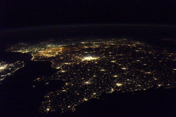 MISSION PROXIMA avec Thomas PESQUET : 7 Décembre 2016. LA TERRE VUE DE L'ISS : LA FRANCE DE NUIT ! Volant d'Ouest en Est, la Station Spatiale aperçois les lumières des côtes bretonnes en premier ! C'est toujours dans cette direction que vole la Station spatiale, d'Ouest en Est. (Sources ESA-TP)