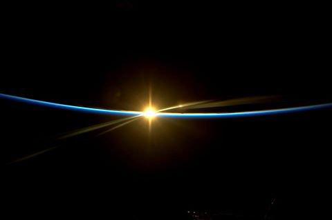 """MISSION PROXIMA avec Thomas PESQUET : 8 Décembre 2016. LA TERRE VUE DE L'ISS : LEVER DE SOLEIL ! Voler face au soleil qui se lève face à la Station spatiale. """"Quand les rayons atteignent les vitres de la Coupole, on sent tout de suite la chaleur"""" Thomas Pesquet. (Sources ESA-TP)"""