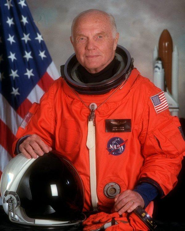 John Herschel GLENN est mort hier à l'âge de 95 ans. (18 Juillet 1921 - 8 Décembre 2016). Il a été le premier américain à voler dans l'espace, en 1962. En 1959, il est appelé par la NASA, dans la liste des membres du Projet Mercury, connu sous le nom Mercury Seven. Il a piloté la première mission habitée américaine en orbite à bord de Friendship 7, le 20 février 1962, après avoir terminé trois orbites d'une durée de 4 heures 55 minutes et 23 secondes, Il devient ainsi un héros national. En 1998, il est retourné dans l'espace à l'âge de 77 ans, et a été la personne la plus âgée à le faire. Il a servi comme sénateur de l'Ohio de 1974-1999. (Source NASA)