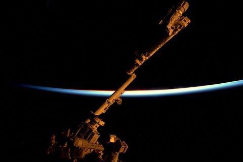 MISSION PROXIMA avec Thomas PESQUET : 11 Décembre 2016. LA TERRE VUE DE L'ISS : COUCHER DE SOLEIL derrière la Terre, depuis la coupole de la Station Spatiale avec au premier plan le bras robotique de l'ISS déployé ! (Sources ESA-TP)
