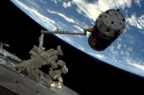 MISSION PROXIMA avec Thomas PESQUET : 13 Décembre 2016. AMARRAGE RÉUSSI DE L'HTV A LA SSI ! L'amarrage de l'HTV à la Station spatiale, avec ses 6000kg et ses 2,6 tonnes de cargaison, s'est passé sans problème. Le commandant Shane a parfaitement piloté et attrapé le cargo de ravitaillement japonais avec le bras robotique ! (Sources ESA-TP)