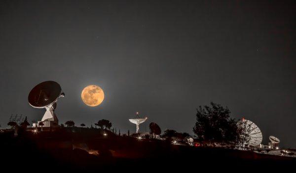 L'IMAGE DU JOUR : LUNE D'HIVER ! Cette superbe image montre la pleine lune de ce mois, également connue sous le nom de « Lune froide », semblant flotter au-dessus d'un ensemble d'antennes de suivi par satellite sur le campus de l'Institut national de technique aérospatiale (INTA), dans le sud des îles Canaries 'Gran Canaria, à Montaña Blanca. L'une des antennes de 15 m de diamètre à gauche est la station de suivi Maspalomas de l'ESA, qui communique actuellement avec les missions Cluster, LISA Pathfinder et XMM-Newton de l'ESA. (Source ESA)
