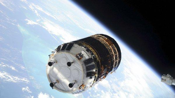 L'INFO DU JOUR : Comment va fonctionner le collecteur de déchets spatiaux envoyé sur l'ISS par le Japon ? Le Japon a envoyé ce 9 décembre, Kounotori 6, un vaisseau chargé de collecter les débris spatiaux en orbite autour de la Terre. Kounotori 6 ou cigogne blanche en français, a un bien joli nom pour un collecteur de déchets. Après avoir ravitaillé la Station spatiale internationale, il sera chargé de s'occuper des millions de débris spatiaux en orbite autour de la Terre. Si ça peut paraître secondaire aux yeux des Terriens, la question des débris spatiaux est un vrai fléau pour les ingénieurs spatiaux. Les millions de déchets qui flottent autour de la Terre, fruits de plus de 60 ans de conquête spatiale, sont particulièrement dangereux. Pour les astronautes en mission, susceptibles d'être impactés par quelques pièces métalliques à la dérive, mais aussi pour les milliers de satellites en état de marche en orbite autour de la Terre. La tradition au service de la technologie : Kounotori 6 a donc une lourde mission et pour y parvenir, les ingénieurs de l'agence spatiale japonaise JAXA ont utilisé le savoir-faire des pêcheurs du pays. La corde métallique électrodynamique de plus de 700 mètres de long, attachée au corps du vaisseau, a été conçue par l'entreprise japonaise Nitto Seimo, spécialisée dans la fabrication de filets de pêche depuis 106 ans. Reliée à un contrepoids d'une vingtaine de kilos – pour éviter que Kounotori 6 ne vienne lui aussi grossir les rangs des déchets spatiaux – la corde émet un courant électrique qui vient légèrement perturber le champ magnétique autour de la Terre. Le but : dévier la trajectoire des débris spatiaux pour les sortir de leur orbite et les pousser vers l'atmosphère de la Terre, dans laquelle ils se désintégreront normalement sans encombre. Kounotori 6 servira de test mais d'autres techniques de traitement des déchets spatiaux sont encore en option. Des filets de pêche ou des bras robotiques pour les attraper, ou encore des bombard
