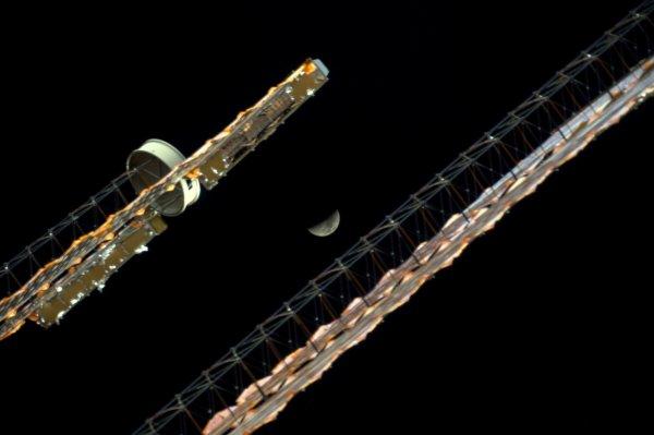 MISSION PROXIMA avec Thomas PESQUET : 26 Décembre 2016. LA LUNE VUE DE L'ISS : La Lune du 24 décembre entre les panneaux solaires de la Station Spatiale Internationale ! (Sources ESA-TP)