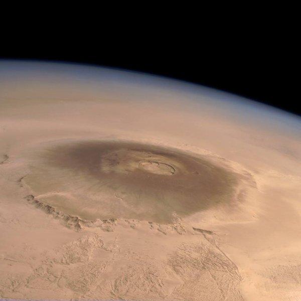 L'IMAGE DU JOUR : LE MONT OLYMPUS sur la planète Mars, le plus haut volcan du système solaire avec ses 26 km de haut et 648 km de large ! Image en couleurs réelles prises par l'instrument HRSC de la sonde MARS EXPRESS (Sources ME-NASA-ESA)