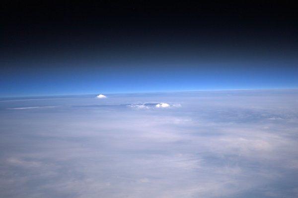 MISSION PROXIMA avec Thomas PESQUET : 28 Décembre 2016. LA TERRE VUE DE L'ISS : Deux sommets émergent de la couche nuageuse la plus haute vue depuis la Station Spatiale Internationale! (Sources ESA-TP)