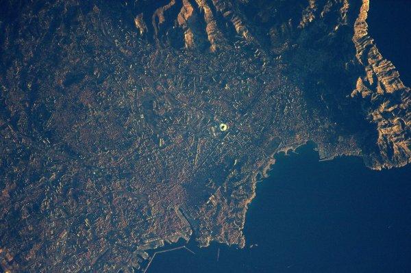 MISSION PROXIMA avec Thomas PESQUET : 30 Décembre 2016. LA TERRE VUE DE L'ISS : Proche du c½ur pour une bonne raison, voici un stade de football, un vieux port et des calanques… Mais c'est Marseille, observé et photographié par Thomas Pesquet depuis la Station Spatiale Internationale ! (Sources ESA-TP)